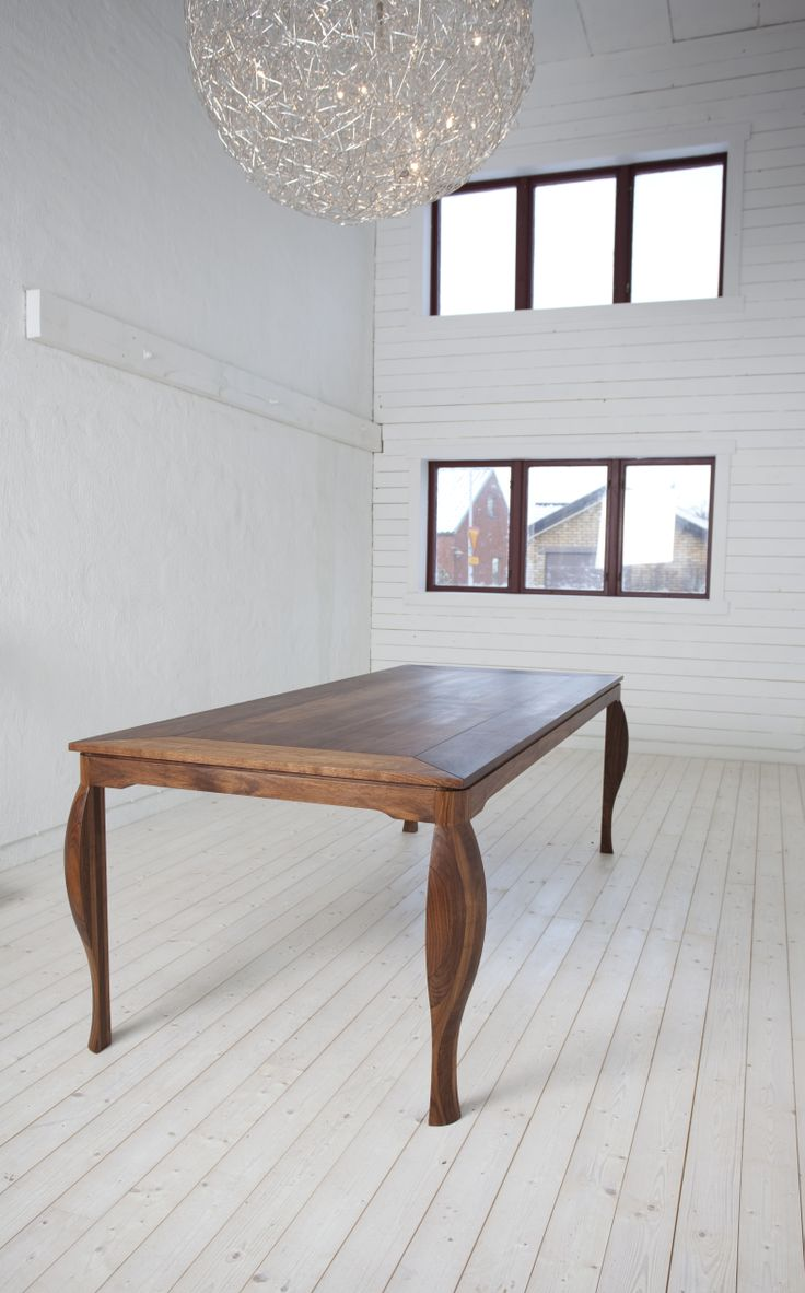 Matsalsbord i massiv amerikansk valnöt. Bordet är tillverkat av FSC-märkt valnöt.