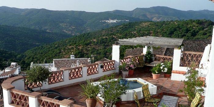 HOTEL LOS CASTAÑOS - Cartajima :: Sfeervol boutique hotel in twee aangrenzende dorpswoningen. Geniet van de weldadige gastvrijheid van Di Beach in dit karakteristieke Andalusische witte dorp in het onbedorven dal van de rivier de Genal. Zes ruime kamers bieden onderdak. Vanaf het dakterras met dompelbad heb je zicht op de prachtige omgeving. Paradijs voor wandelaars in een authentieke omgeving, met het historische Ronda op maar 20 minuten per auto. Boeken: www.escapada.eu/hotel-los-castanos