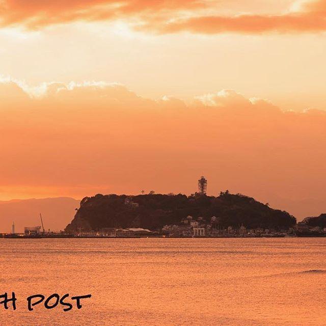 【soul_7th】さんのInstagramをピンしています。 《#shonan#marvelous#Enoshima#shichirigahama#sunset#beautiful#sky#cloud#beach#twilight#landscape#love#igersjp#pentax#K3#海#湘南#江ノ島#七里ヶ浜#ビーチ#波#浜辺#夕焼け#夕暮れ#夕陽#空#雲#黄昏#風景#ペンタックス 600回目の記念postは夕暮れに染まる江ノ島アップショット🌅 今週もお疲れ様でした✨😆》