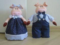 Peso de porta de porquinha e porquinho feitos em feltro e tecido 100% algodão.  ***Valor referente ao casal ***  ***Verifique disponibilidade de tecido. Consulte-nos***  ***Peso aproximado da Porca:2,7kg---Altura: 30cm***  ***Peso aproximado do Porco: 3.3kg---Altura: 30cm*** R$ 76,00