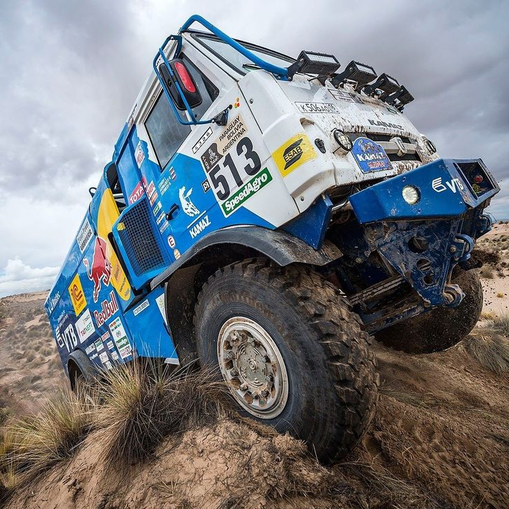 Kamaz: caminhões no Dakar 2017 O russo Dmitry Sotnikov a bordo desse Kamaz venceu a etapa 7 do Rally Dajar seguido de Ton van Genugten e Federico Villagra da Iveco. A etapa que terminou em Yuni na Bolívia ainda sofreu com o mau tempo dos último dias e teve sua rota reduzida para 161 quilômetros. A oitava etapa que acontece nesta terça volta para a Argentina em um dia muito longo para os concorrentes. Eles devem viajar cerca de 900 quilômetros dos quais 492 cronometrados até a cidade de…