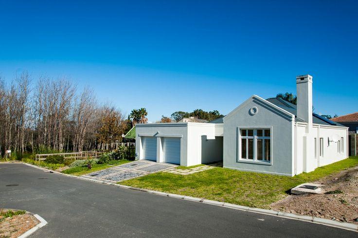 Negester Onrusrivier-Suid spog met huise wat met die  moderne plaashuisstyl gebou word.