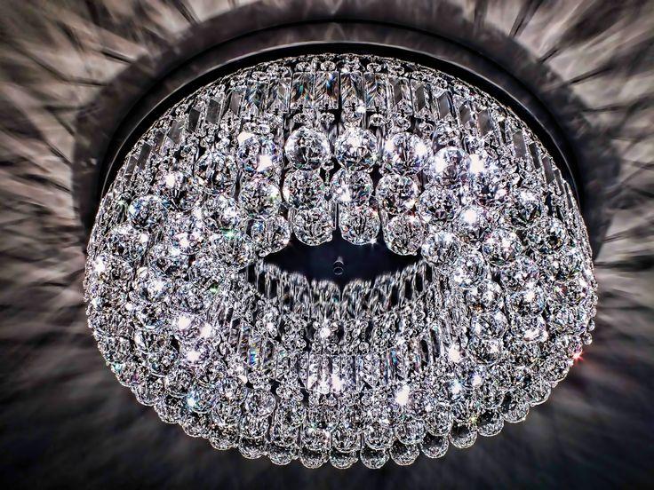 Plafon Évora, com 65cm de diâmetro e 16cm de altura, em cristais egípcios ASFOUR (30% PbO) e acabamento em cromo. Sugestões de uso: salas de estar e jantar. #plafon #plafondecristal #mundodasluminarias