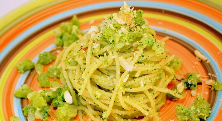 La ricetta degli spaghetti al pesto di broccoli e nocciole è facile da preparare e ti permette di mangiare in modo sano e appetitoso