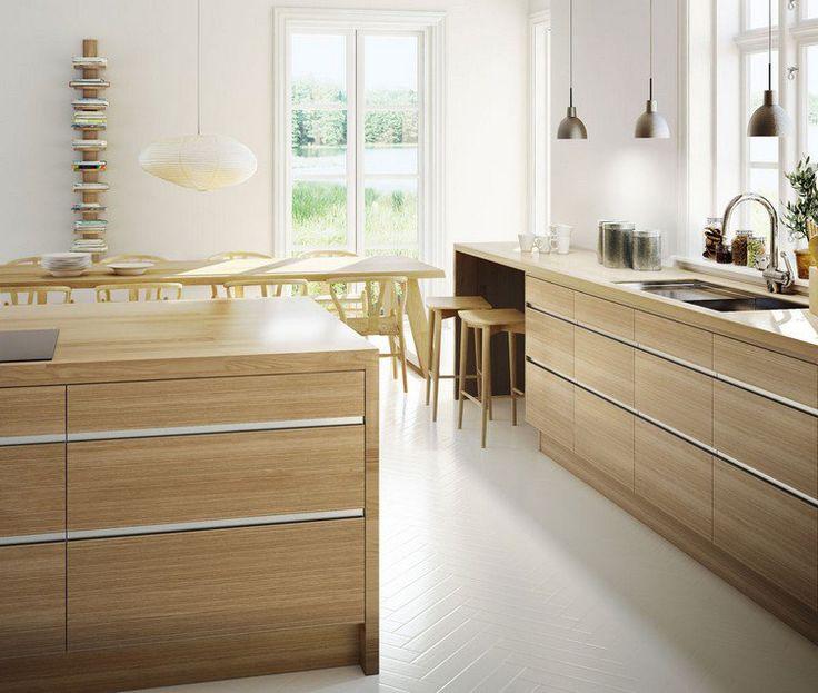 Cuisine moderne bois chêne avec des armoires et suspensions