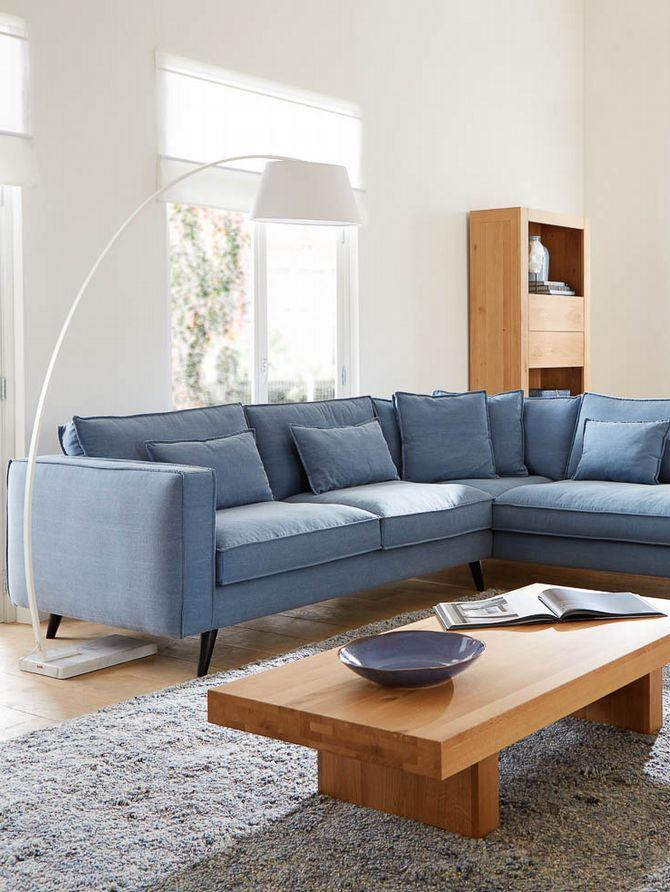 Scandinavische hoekbank Suite is, zeker in lichtblauw, een heuse blikvanger in je basic woonkamer. Nu afgeprijsd van €1.999 naar €1.599. // Goossens @ Villa ArenA