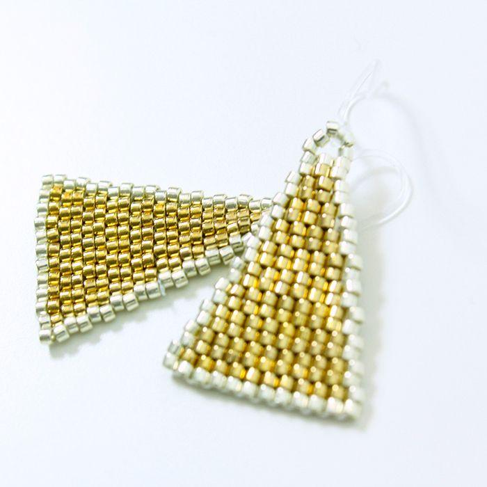 ピアス(Isosceles・ビーズ・ゴールド)  トライアングルのビーズピアス。  パーティーファッションにもおすすめ。  サイズ:縦3cm×横2cm