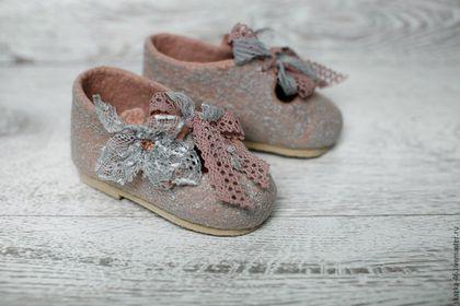 Купить или заказать Валяные детские туфли-тапочки Розовый мрамор,туфли из шерсти в интернет-магазине на Ярмарке Мастеров. Детские валяные туфли - очень удобная обувь для Вашего Малыша! Крепкая застежка-завязка хорошо фиксирует ножку. Туфельки выполнены из итальянской мериносовой шерсти, декорированы кружевом.Туфли ручной валки, поставлены на подошву, ручной сборки. В валяных обуви очень комфортно!!! Оказывает массажный и лечебный эффект при ношении на босу ногу. Натуральная шерсть - это…