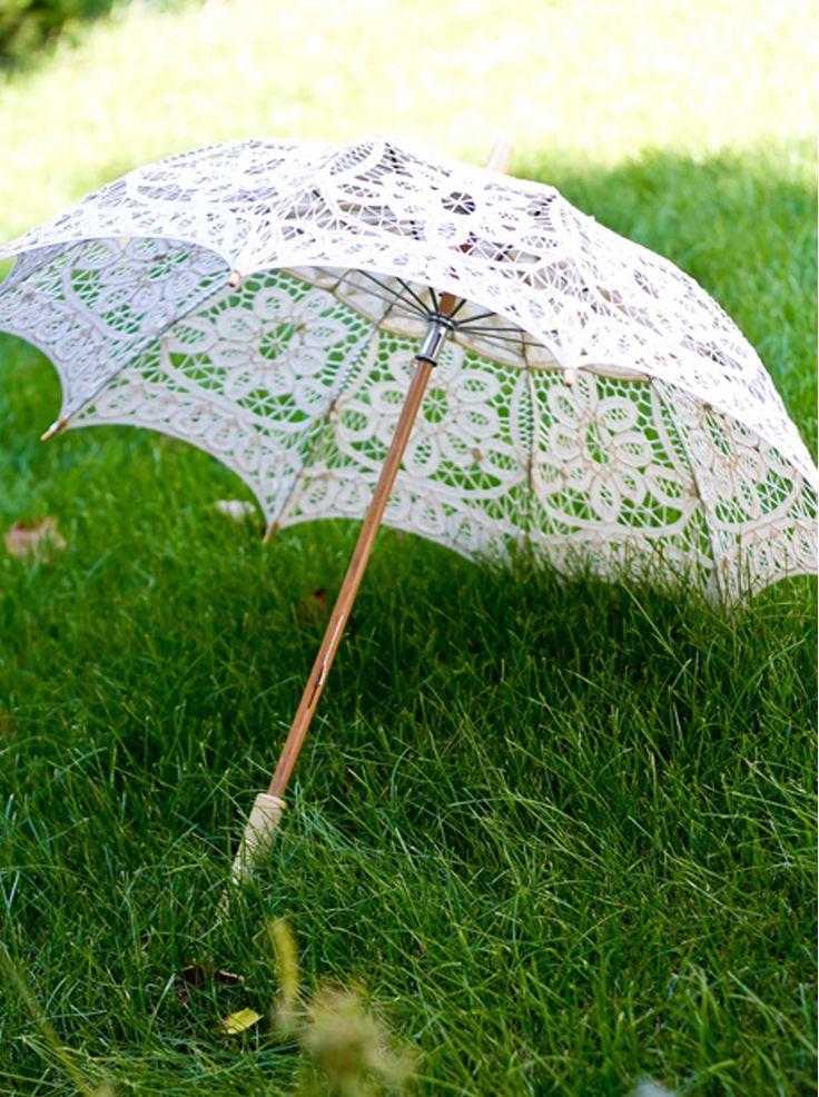 Ce poate fi mai elegant pentru o mireasa in ziua nuntii decat acest accesoriu clasic si fin? O umbrela din dantela crem cu maner din lemn de bambus va completa tinuta si va atrage privirile celor din jur. Poate fi si un cadou deosebit pentru o doamna eleganta sau un obiect de decor pentru un interior clasic sau chiar pentru un eveniment special cu tematica vintage.  Diametru: 65cm.