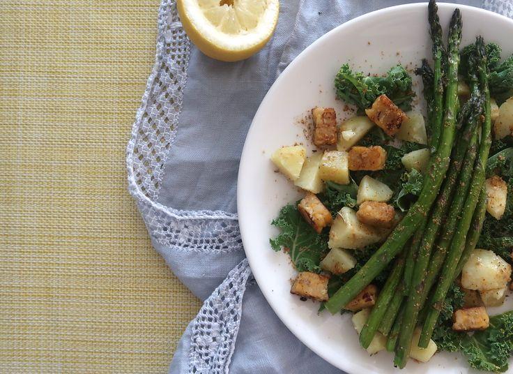 Lämmin peruna-lehtikaalisalaatti, tempeä ja parsaa. Potato kale salad, tempe and some asparagus- soo delicious!