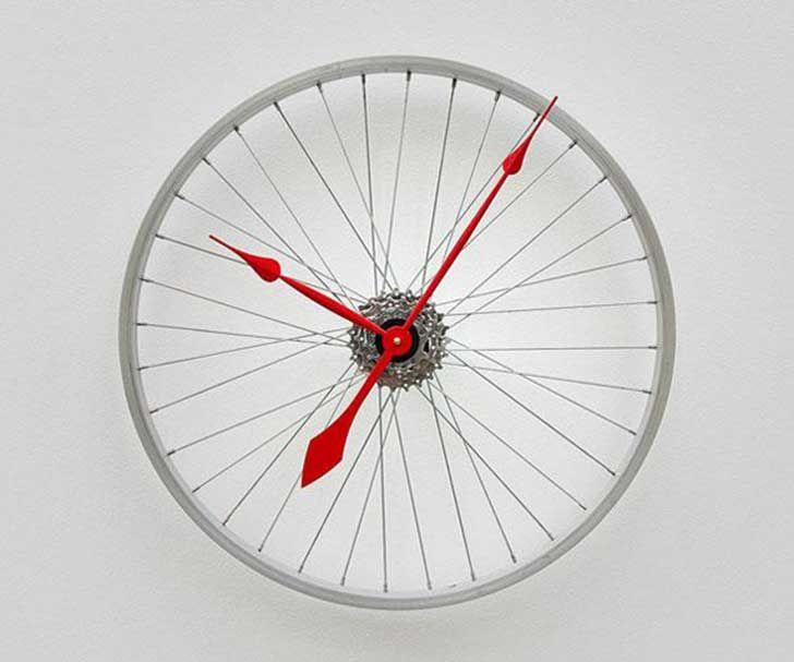 Un reloj con la rueda de bicicleta