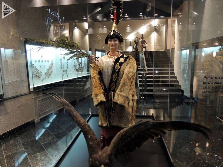 Altaylar Ukok Yaylasında, Altay Türkü Bir Prenses Mezarı..M.Ö. 5. yy..Adı Türk Altay destanlarında Ochy-Bala şeklinde geçen bir kadın kahraman..Bala, Kaşgarinin sözlüğünde Kuş ya da hayvan yavrusu olarak geçiyor..İçine konduğu ağaç tabut çam ağacından yapılmış. Türk mitlerinde Ağaç dişil bir arketiptir ve Ağaç kovukları doğurganlık simgesidir.
