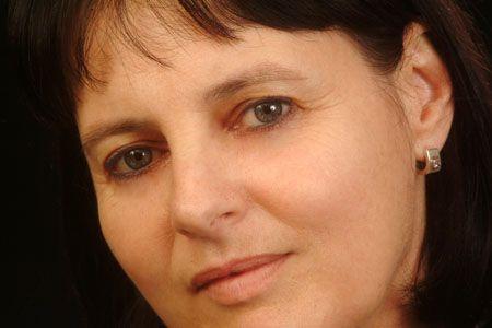 Nata in Belgio ma spagnola in tutto e per tutto, è filosofa, professoressa di Estetica e Teoria delle Arti, saggista e poetessa. Nel 2007 ha vito il Premio Nacional de la Critica per la poesia in Castigliano.
