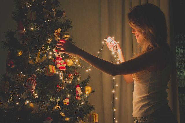 Gente, vim desejar feliz natal pra vocês e vou aproveitar para mostrar algumas fotos natalinas que fiz nesses últimos dias! Tem um pouquinho da minha decoração de natal: minha árvore sendo enfeitada, alguns penduricalhos, velas, meu papai noel que fica na porta do meu quarto (e canta Jingle Bells quando alguém passa), os presentinhos, o corrimão da escada enfeitado e a coisa mais linda do mundo, meu presépio, para a gente nunca esquecer o real sentido do natal.