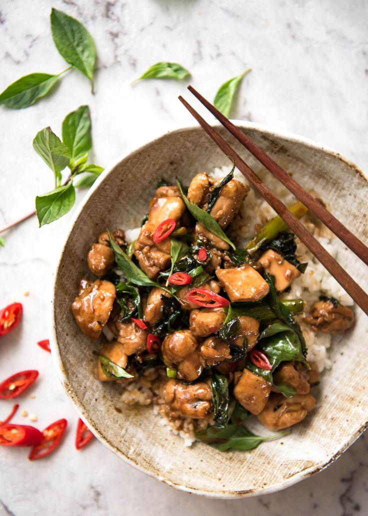 Una auténtica receta de pollo albahaca tailandesa, al igual que lo que obtienes de los mejores restaurantes tailandeses!  Www.recipetineats.com