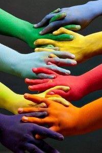 Mains peintes de toutes les couleurs ensembles, unies