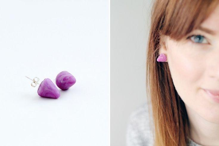 schlichte violett farbige Ohrstecker selber machen