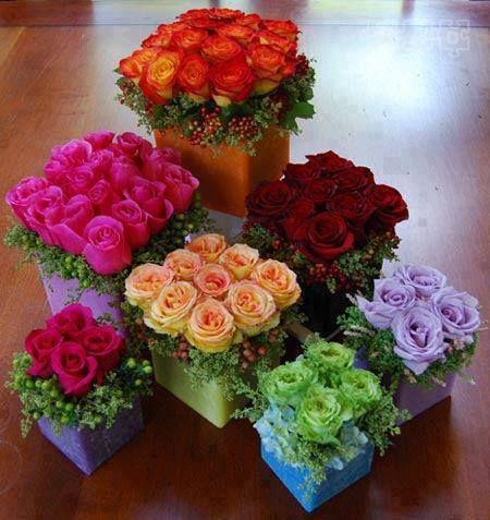 bloemstukje - vierkante was-bakjes of blokken gekleurd oase vullen met rozen of andere bloemen((bloemsierkunst))