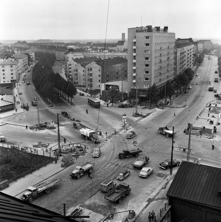 Liikennettä Hämeentien ja Mäkelänkadun risteyksessä. -...