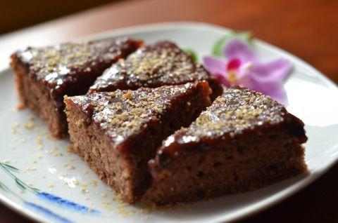 Recept na tento úžasný, jednoduchý, šťavnatý cuketový koláč nám poslala pani Anna Pastierová Farkašová, ktorá je fanynkou Bonvivánov. Koláč sme upiekli a keďže je skvelý, rozhodli sme sa ho uverejniť a pani Anne ďakujeme.