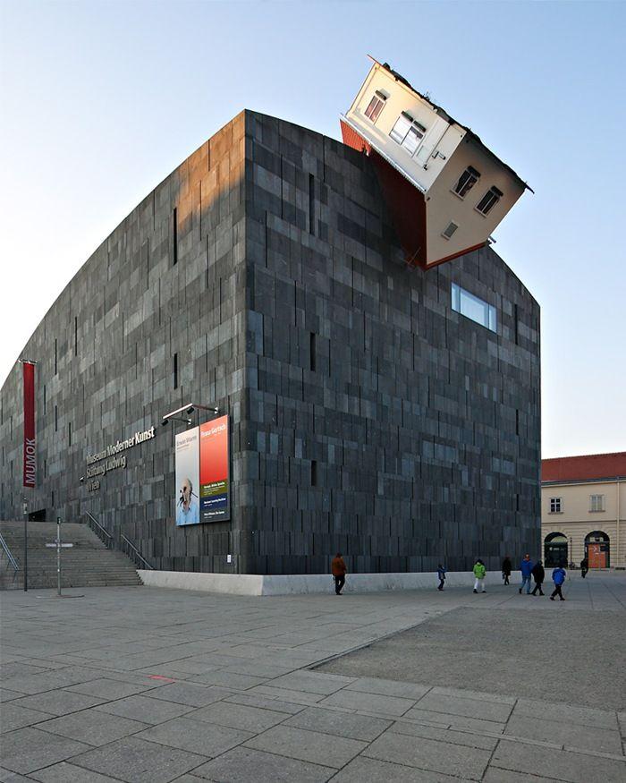 House Attack, o El ataque de la casa, es el nombre del proyecto del austríaco Erwin Wurm. Una escultura en forma de casa voladora, fue colocada en la fachada del MUMOK, el Museo de Arte Moderno de la ciudad de Austria. Por lo visto, y según las propias palabras del autor, la casa representa lo cotidiano y a la vez la mentalidad conservadora que todavía prevalece en la mentalidad de los austríacos.