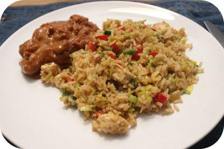 Op dit eetdagboek kookblog : Surinaamse Nasi - Ingrediënten: rijst, 2 eetlepels sojasaus, 1 ui, 3 teentjes knoflook, 1 theelepel laos, 1 rode paprika, 1 kipfilet, 1 prei, 2 maggiblokjes, 1 eetlepel ketj