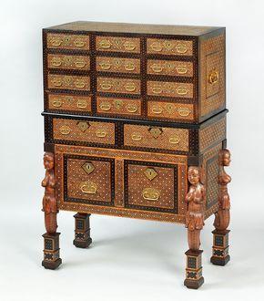 Indo-portugiesisches Kabinett, sog. Contador Goa, ca. 1650/70. Zedernholz intarsiert mit Ebenholz und Elfenbein, vergoldete Kupferbeschläge. 133,5 cm x 86 x 44,5 cm