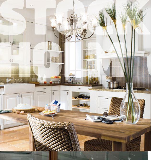 """Tradiční vzhled a moderní vybavení Setkání tradičního s moderním – to je sestava Stockholm v pěti jemných barevných odstínech, s profilovanými dvířky a vláknitou strukturou dřeva, doplněná těmi nejvýkonnějšími spotřebiči. Nezapomeňte na doplňky, s jejichž pomocí dotvoříte v kuchyni atmosféru à la """"moderní městský styl"""", nebo třeba """"Provence""""."""