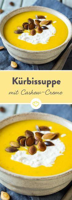 Diese vegane Suppe hat ordentlich Würze im Gepäck und trumpft mit einer samtig-nussigen Cashew-Creme auf. Die Basis: Karotten und Kürbis.
