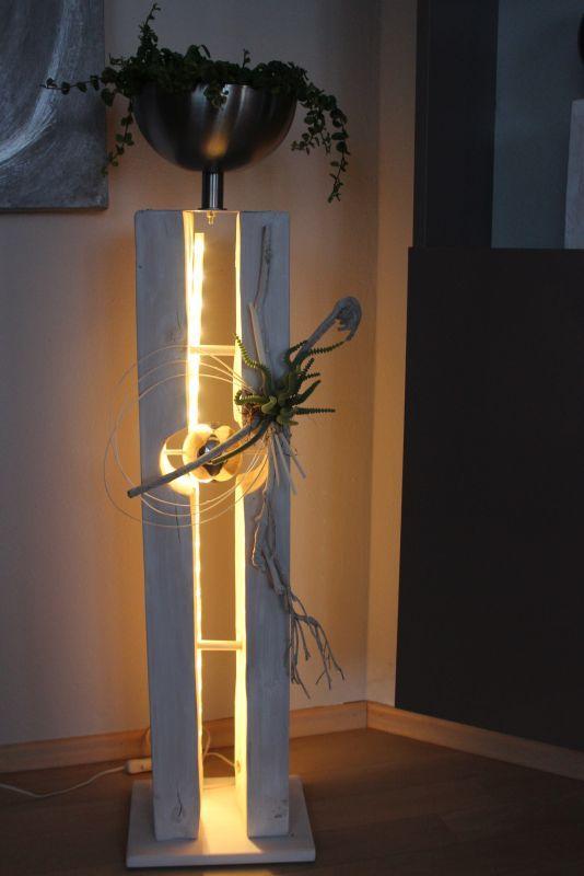 GS94 – Große gespaltene Säule mit schwebender Edelstahlkugel! Größe Dekosäule weiß gebeizt, dekoriert mit natürlichen Materialien, einer künstlichen Sukkulente und einer Edelstahlschale zum bepflanzen! Preis 139,90€ Aufpreis Beleuchtung 10,00€ Höhe ca 100cm