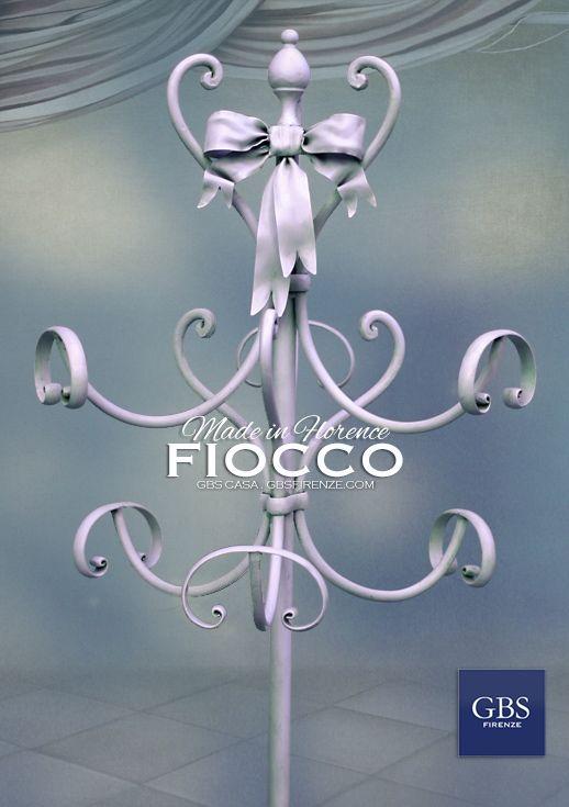 La Parte superiore dell'appendiabiti Fiocco. Ferro battuto e decorato a mano. Made in Italy. GBS Firenze. All rights reserved.