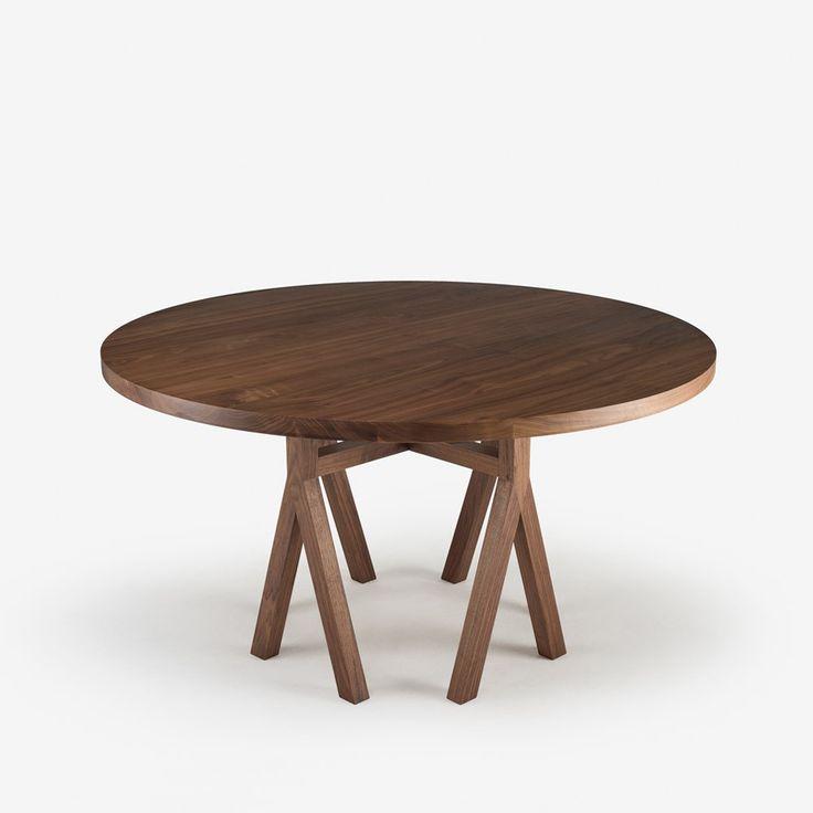 """Commune Dining Table is van Neri & Hu. Gemaakt van walpoothout en een prachtig onderstel. Dia 55"""" x H 29.5"""" Prijs: 4370,-"""