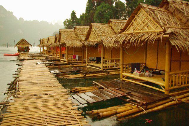 Khao Sok Smiley Bungalow Raft Houses.  Bo på flotte eller i treehouses! Här finns även djupa grottor & tjock djungel att utforska.