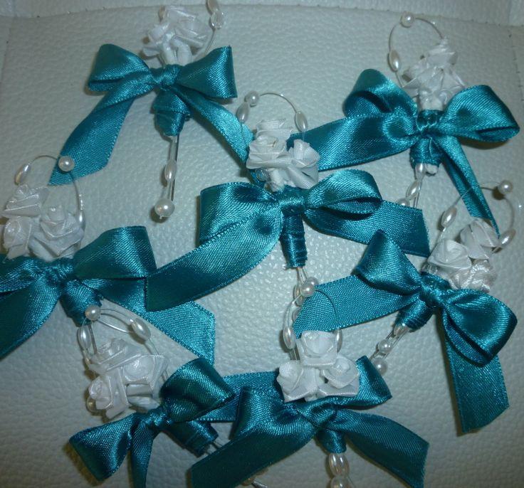 Modrá stuha s bielymi ružičkami