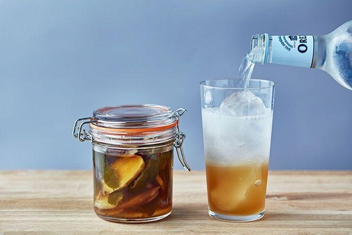 フードコーディネーターの村井りんごさんが教える自家製ジンジャーエールのレシピを、三越伊勢丹ホールディングスが運営する食メディア「FOODIE」よりご紹介。たっぷり生姜とライムの皮を使い、甘いものが苦手な方にもおすすめな「自家製ジンジャーエール」を作ります。