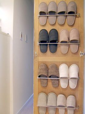 靴箱の扉裏に。  100均タオルハンガーの収納アイデアが、とっても使える♪ - NAVER まとめ