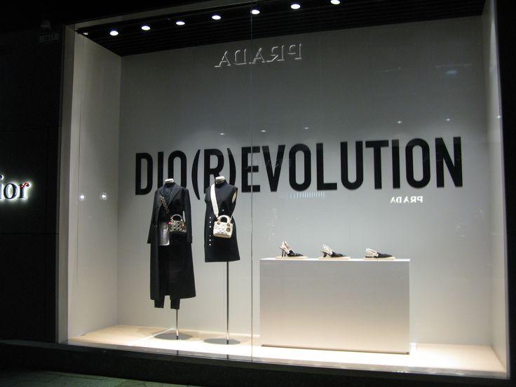 Katsojalle annetaan mahdollisuus oivaltaa. Yritys Dior.   euroshop. euroshop 2017. window display. fashion. visual merchandise. shop desing.