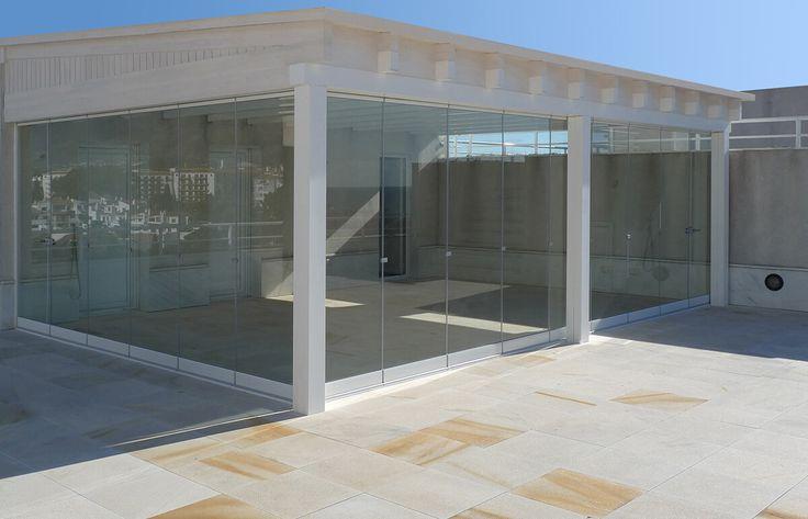 COBERTI Pérgola blanca con techo de madera y cerramientos de cristal. #pergola #madera #techo #blanca #cerramientos #cristal #coberti
