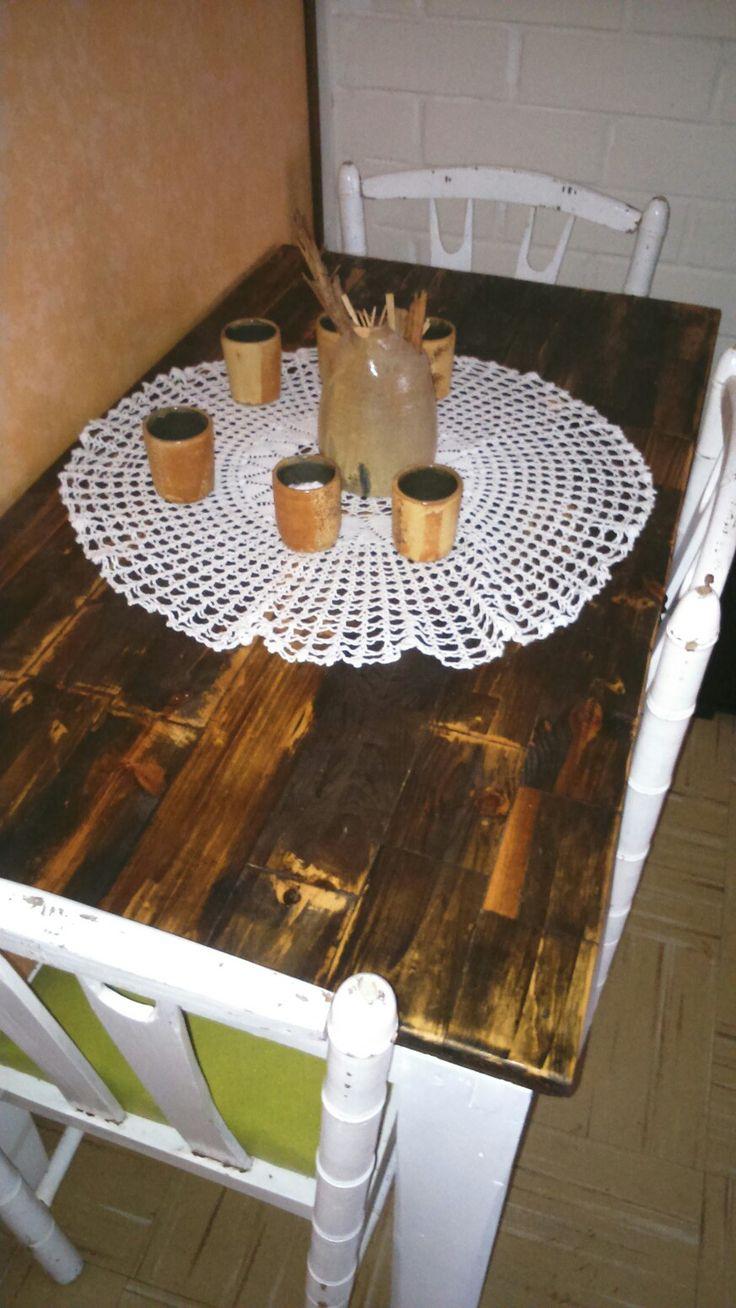 La cubierta está hecha con madera de pallets y teñida con vinagre blanco y una capa de laca