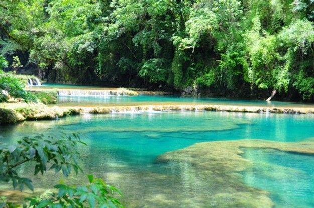 Le piscine naturali di Semuc Champey sono uno dei posti pi belli del Guatemala. Ci si arriva in 4x4, giungendo in un paradiso di vasche e scivoli situato in mezzo alla giungla.