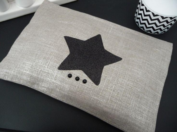 Pochette plate en lin lamé argent et étoile noire paillettée : Trousses par miss-so-chic