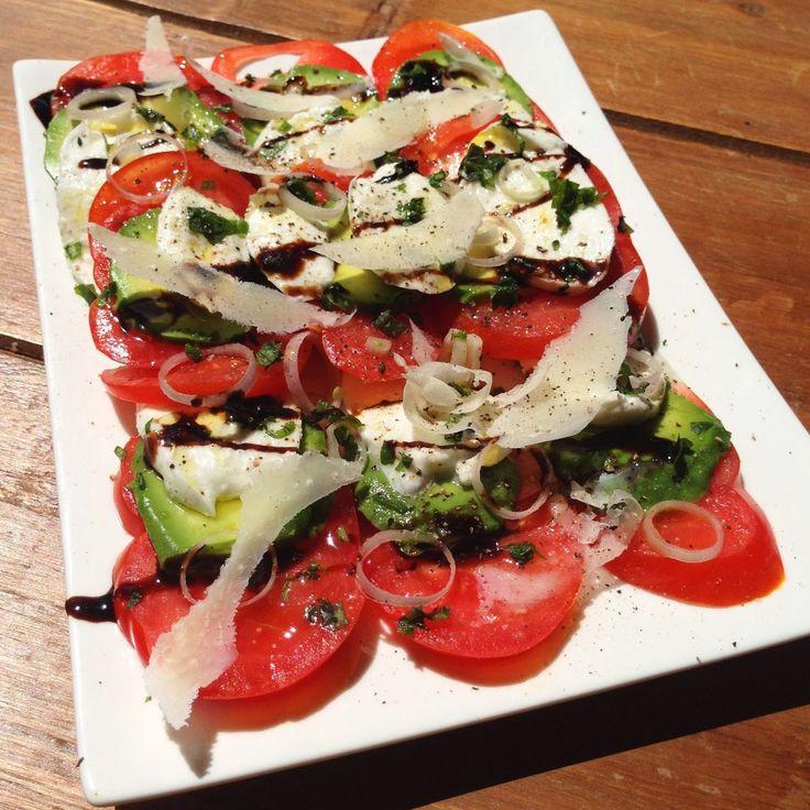 Parisielle Lifestyle: Salade d'été - tomate, avocat, mozzarella, parmesan, échalote...