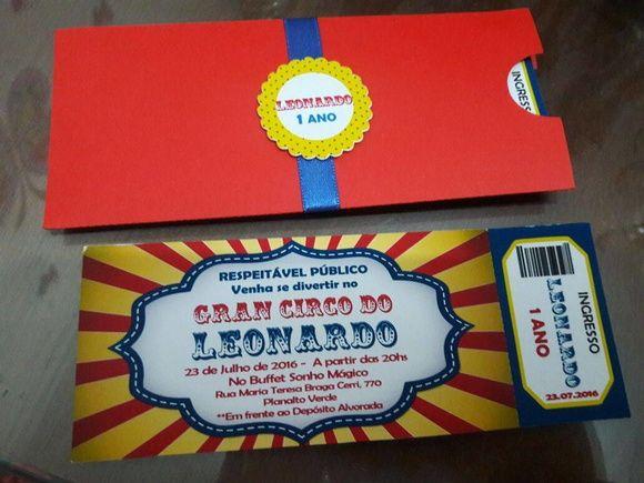 Convite tipo ingresso impresso em papel fotográfico matte (fosco) 230g, recortado e picotado como ingresso, com envelope urna medindo 15x6,5cm, recortado em papel colorplus 180g vermelho com tag e fita de cetim.