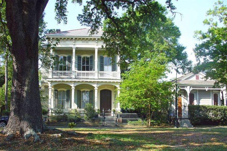 A imagem pode conter: casa, árvore, planta, céu, grama e atividades ao ar livre