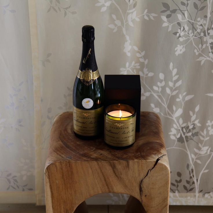 The ultimate wedding gift. A bottle of Champagne with a matching candle, beautifully wrapped in a luxury gift box. designbubbles.de