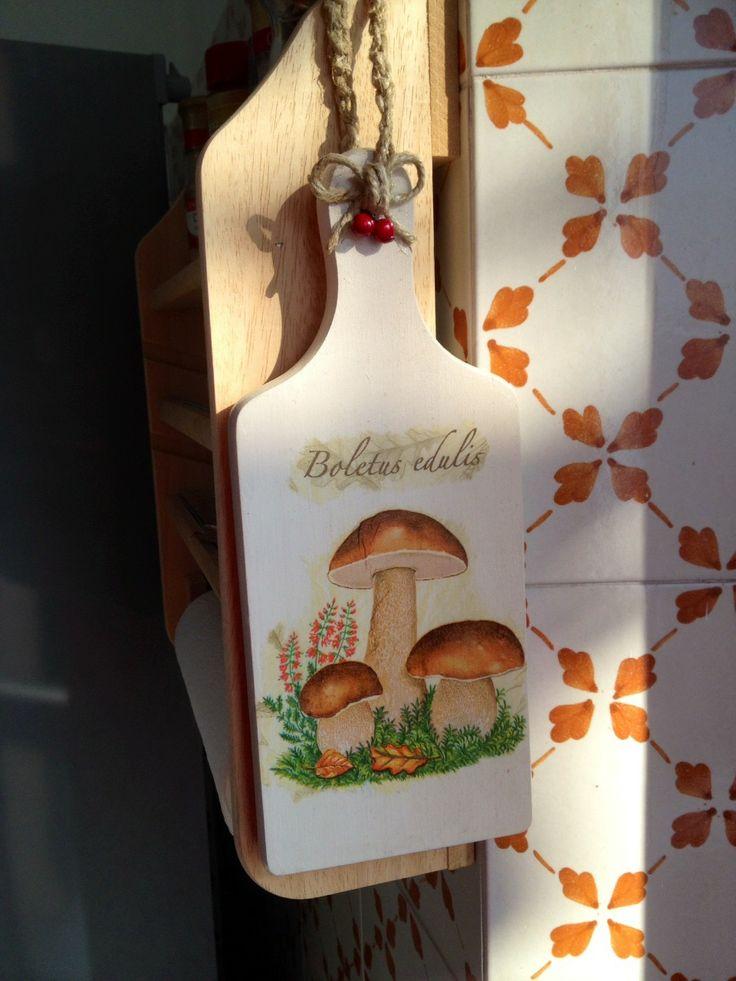 Tagliere montanaro decorato a decoupage con funghetti, corda lavorata all'uncinetto e applicazione di due piccole bacche rosse