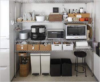 大型ラックでキッチン周りのアイテムを集約 キッチンの主役・メタルラック