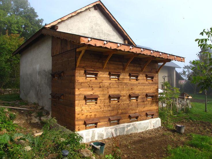 Parmi les projets de cette année, il y avait celui de construire un abri à ruches un peu du genre de ceux qu'on trouve en Suisse. Le but éta...