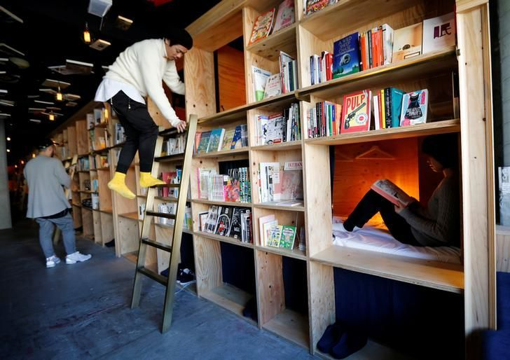 """Hotel ini Padukan Penginapan dan Perpustakaan, Penasaran? https://malangtoday.net/wp-content/uploads/2017/02/WhatsApp-Image-2017-02-08-at-10.24.34.jpeg MALANGTODAY.NET– Sebuah hotel di Tokyo, Jepang bernuansa """"Book and Bed Tokyo"""" menawarkan sebuah variasi unik. Lewat fasilitas tempat tidur ukuran lemari yang didesain pada deretan rak buku, seperti dilansir dari Japan Today, Rabu (8/2). Dinding, langit-langit dan sebagian besar... https://malangtoday.net/insp"""