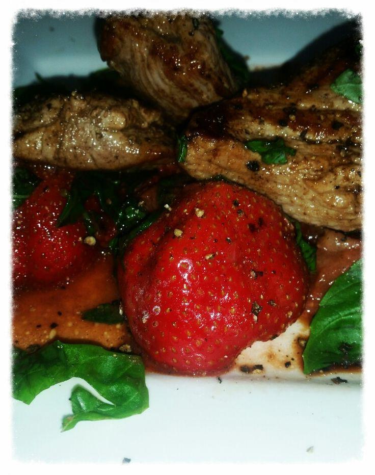 Varkenshaas met gebakken aardbeien en aardbeien-basilicum-balsamicoSaus. .....